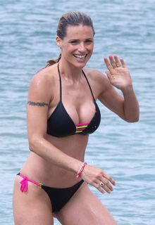 Michelle Hunziker cleavage in black bikini on the beach in Varigotti - Junde 09, 2019