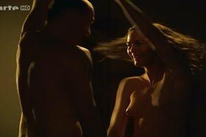 Nackt cukrowski schauspielerin gesine Tiefe Einblicke